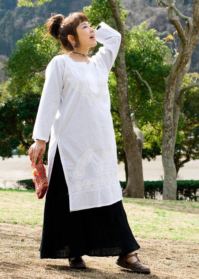 ラクノウ刺繍の白色クルティ 2 - 胸元の刺繍をアップにしてみました。ナチュラルな印象で可愛いです。刺繍の模様は写真と異なる場合がございますのでご了承くださいませ。