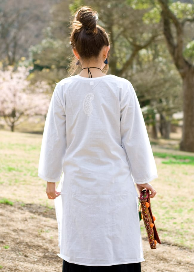 ラクノウ刺繍の白色クルティ 4 - 後ろ姿です。