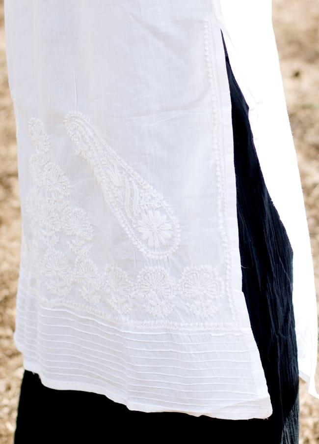 ラクノウ刺繍の白色クルティ 5 - サイドにはスリットでスッキリ効果です。刺繍の模様は写真と異なる場合がございますのでご了承くださいませ。