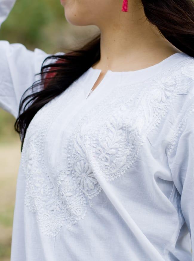 ラクノウ刺繍の白色クルティ 8 - 胸元の刺繍をアップにしてみました。美しいですね。