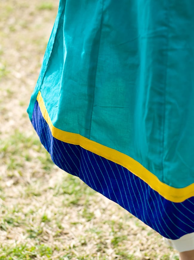 Vネックのスッキリクルティ 4 - 裾も首周りと同じカラーで統一されています。