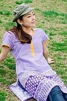 エスニック衣料のセール品:[日替わりセール品]格子とお花のプリントクルティ