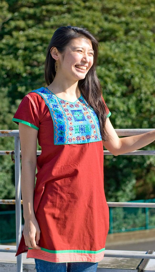 スクエア刺繍のカラフルクルティ 2 - B:えんじ×水色:身長165cmのスタッフがSサイズ着用例です。