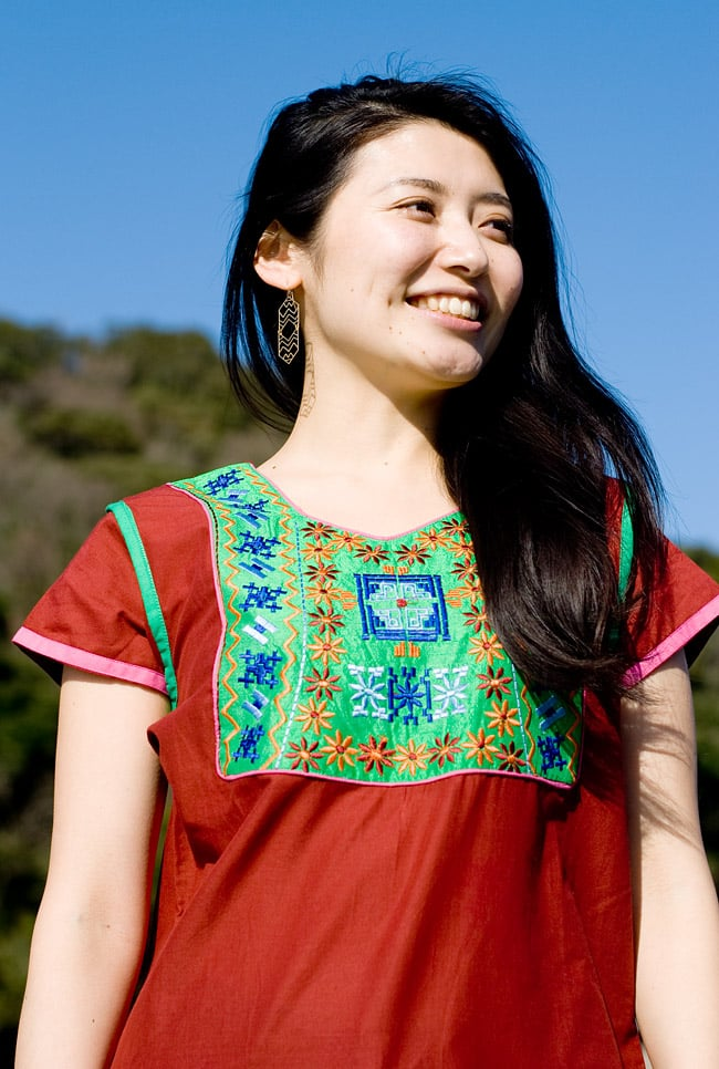 スクエア刺繍のカラフルクルティ 3 - C:えんじ×グリーン:身長165cmのスタッフのMサイズ着用例です。