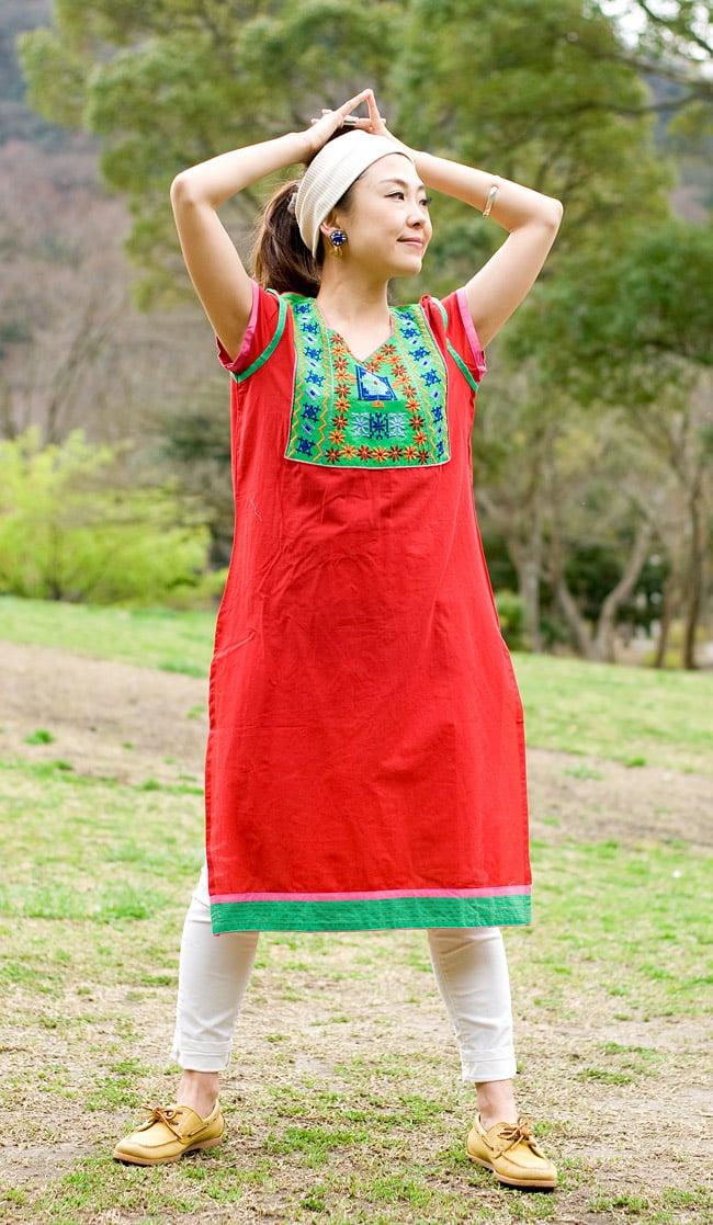 スクエア刺繍のカラフルクルティ 4 - D:赤×グリーン:身長150cmのスタッフのMサイズ着用例です。