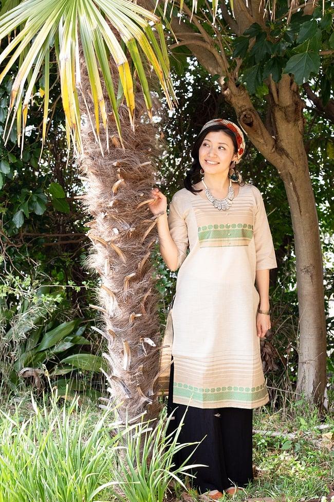 ペイズリーと伝統柄のキナリクルティ 2 - D:伝統模様(緑)の着用例です。モデルさん身長は165cmです。