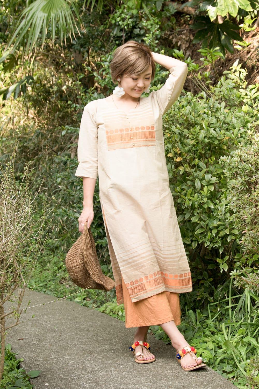 ペイズリーと伝統柄のキナリクルティ 3 - A:伝統模様(オレンジ)の着用例です。モデルさん身長は152cmです。