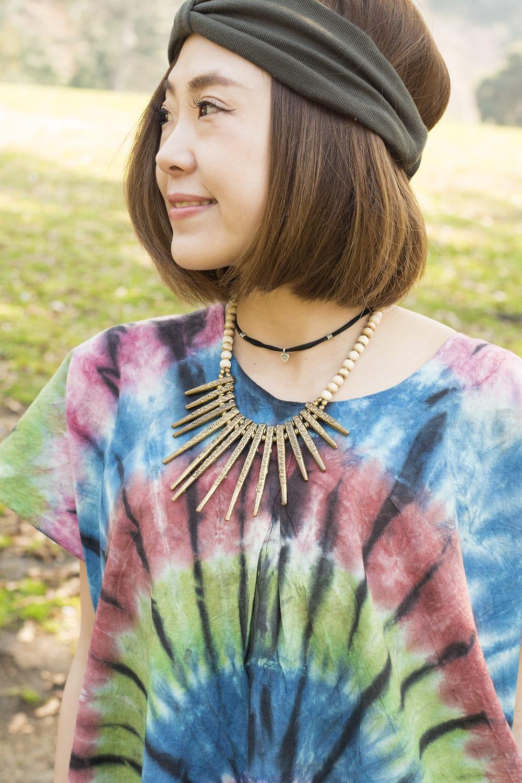 アイリス柄のタイダイコットンワンピース - 青&緑&赤系 4 - 胸元の様子です