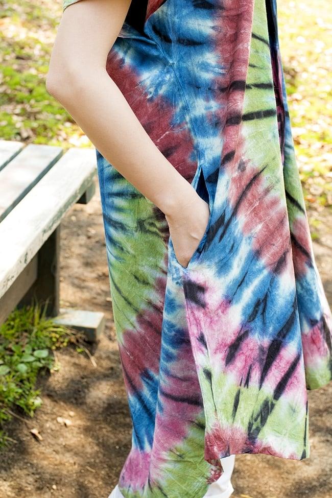 アイリス柄のタイダイコットンワンピース - 青&緑&赤系 5 - ポケットがついていて実用性もばっちりです。