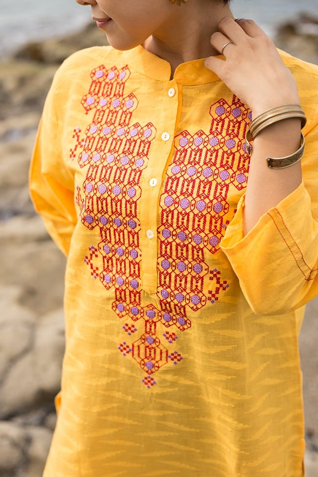 ジャイプルのオレンジクルティ 3 - 胸元の刺繍の様子をみてみました。