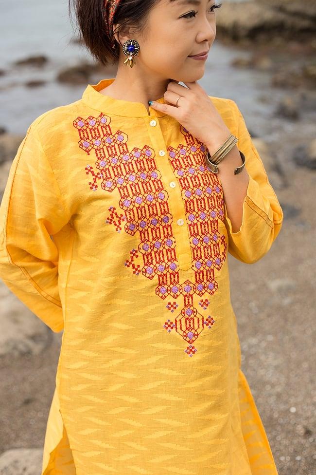 ジャイプルのオレンジクルティ 4 - 丁寧に織り込まれた生地感が素敵ですね。