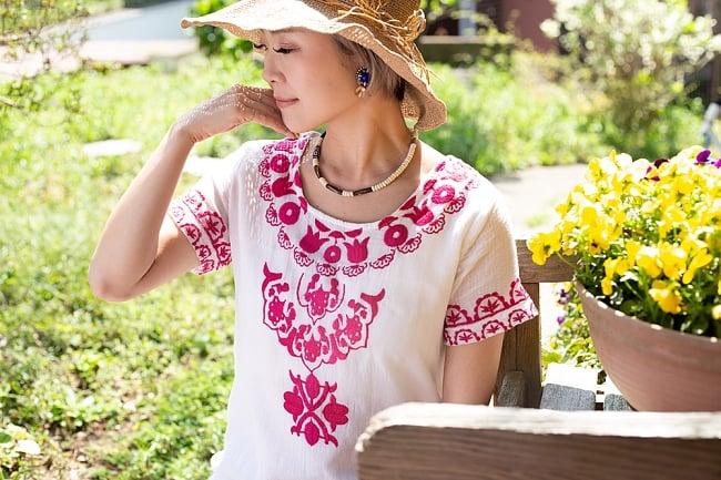 フラワー刺繍のサフェードクルティ 2 - 胸元の刺繍が華やかです。