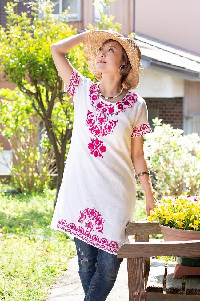 フラワー刺繍のサフェードクルティの写真