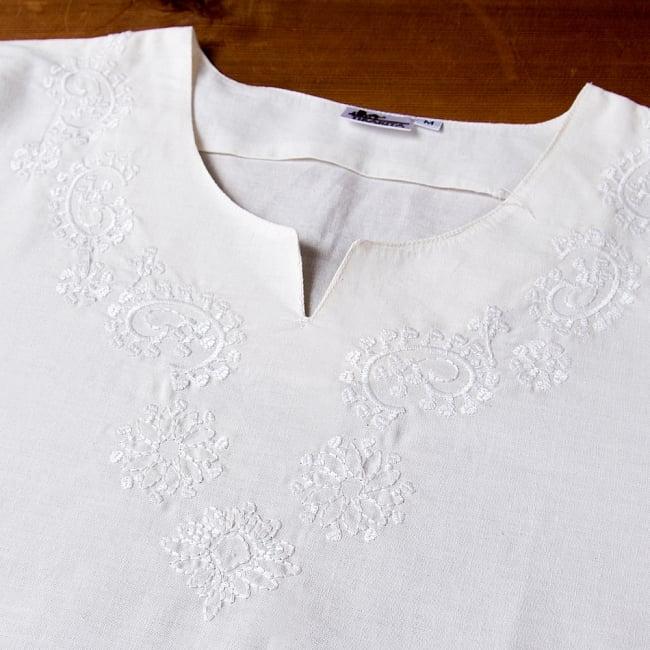 サフェード刺繍 シンプルホワイトクルティ 10 - 胸元の写真です