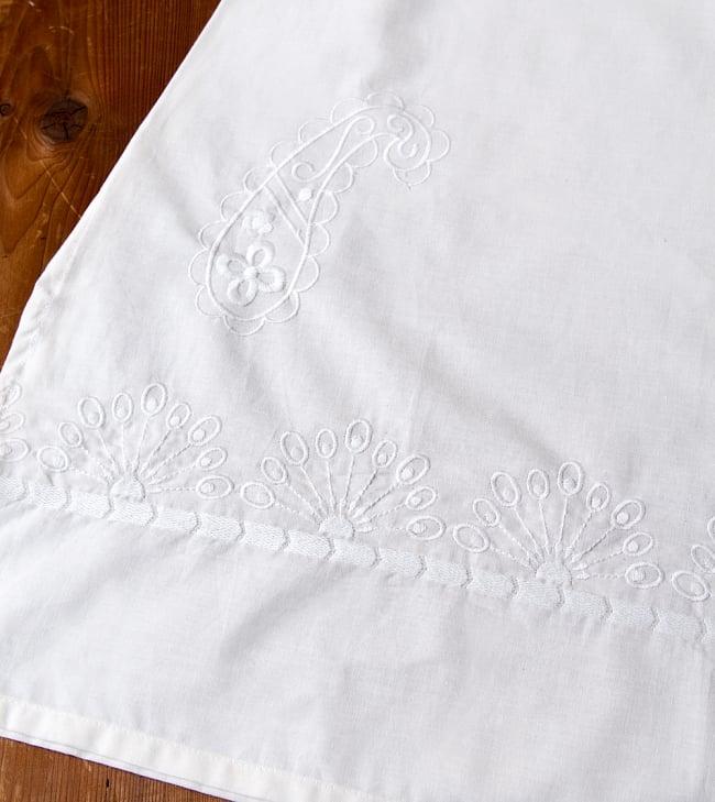 サフェード刺繍 シンプルホワイトクルティの写真12 - 裾の写真です