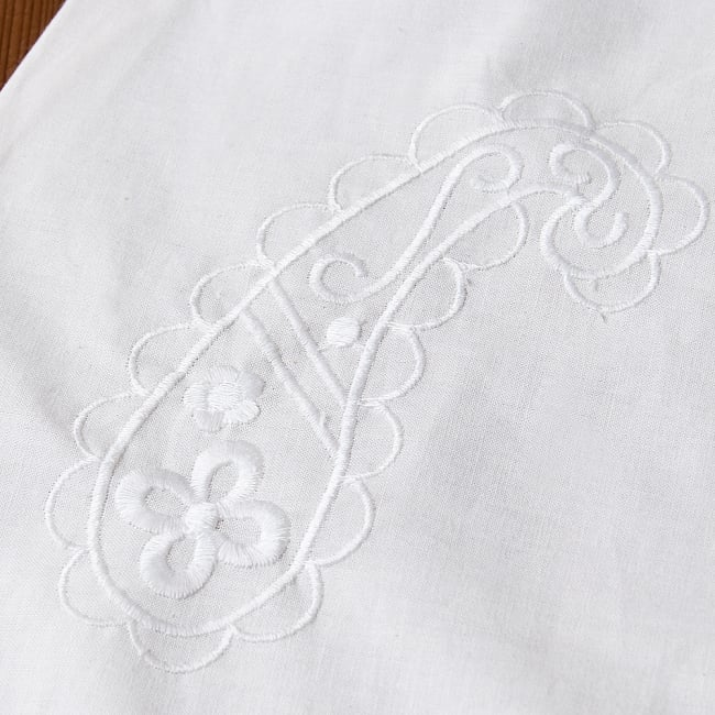 サフェード刺繍 シンプルホワイトクルティの写真14 - 拡大写真です