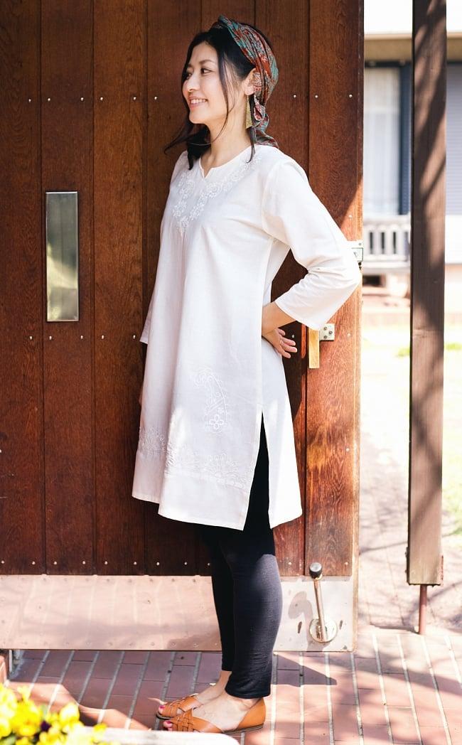 サフェード刺繍 シンプルホワイトクルティ 2 - サイドからのシルエットもキレイです