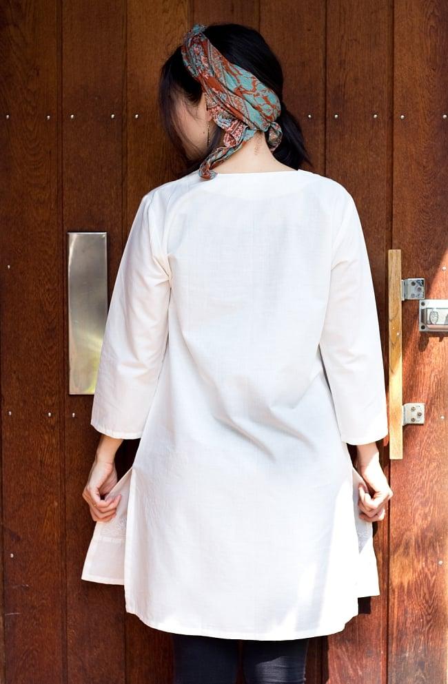 サフェード刺繍 シンプルホワイトクルティ 3 - 後ろからの写真です