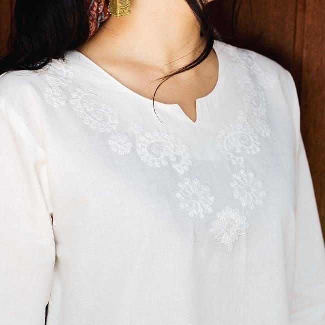 サフェード刺繍 シンプルホワイトクルティの写真4 - 胸元に刺繍があります