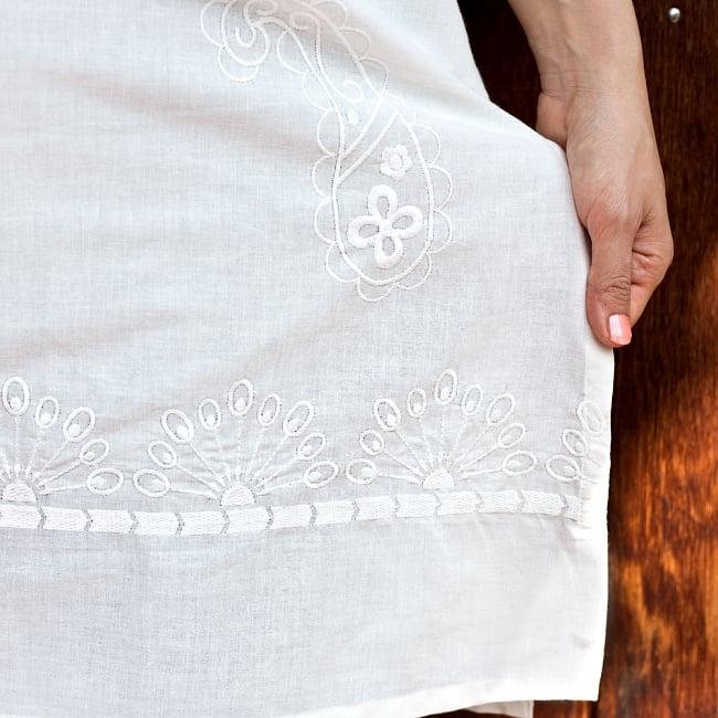 サフェード刺繍 シンプルホワイトクルティの写真7 - 端から端まで続いています