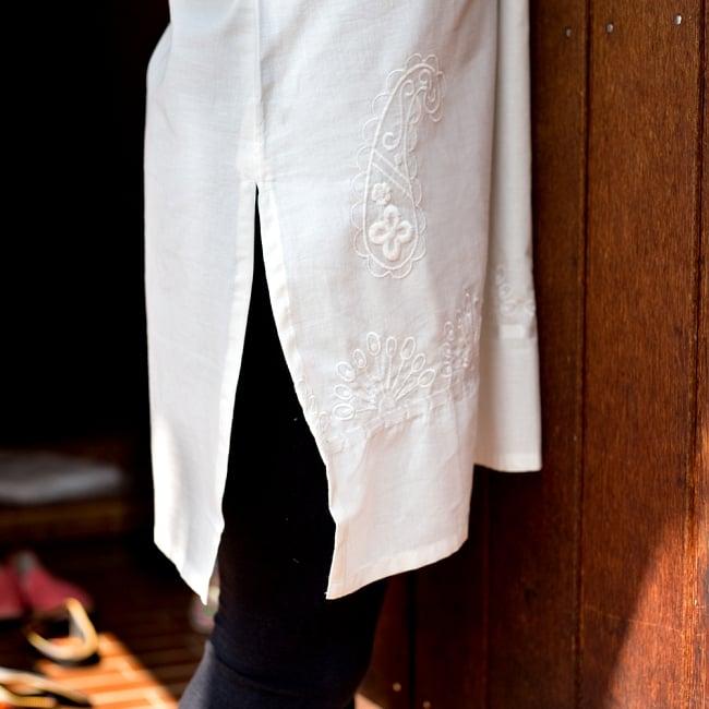 サフェード刺繍 シンプルホワイトクルティ 8 - 横にはスリットが入っています