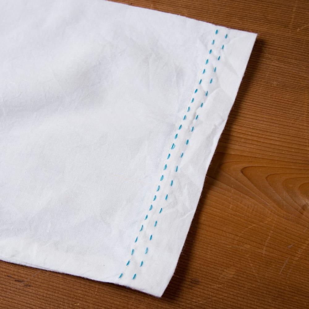 シンプルホワイトクルティ 白い生地に映える色付き刺繍 11 - 袖口のところにもステッチがあります