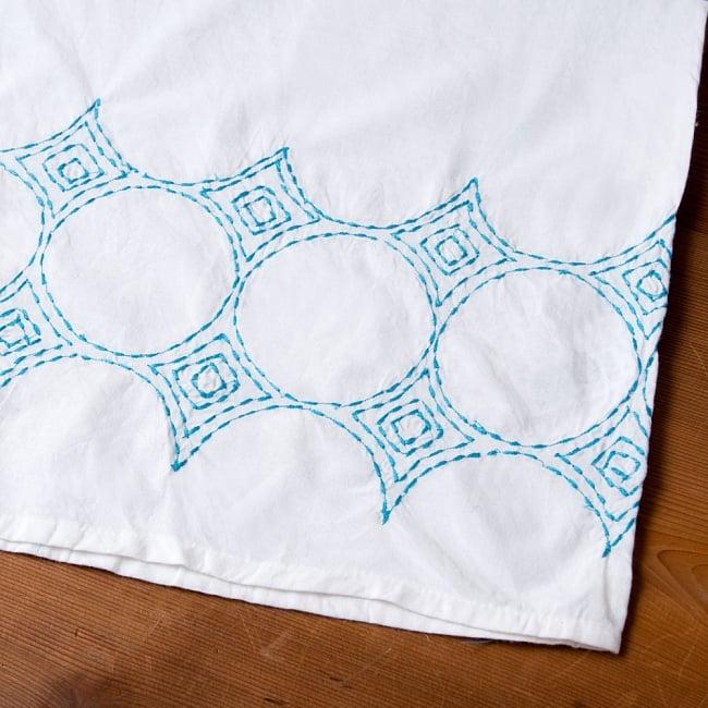 シンプルホワイトクルティ 白い生地に映える色付き刺繍の写真12 - 裾周りの刺繍の写真です