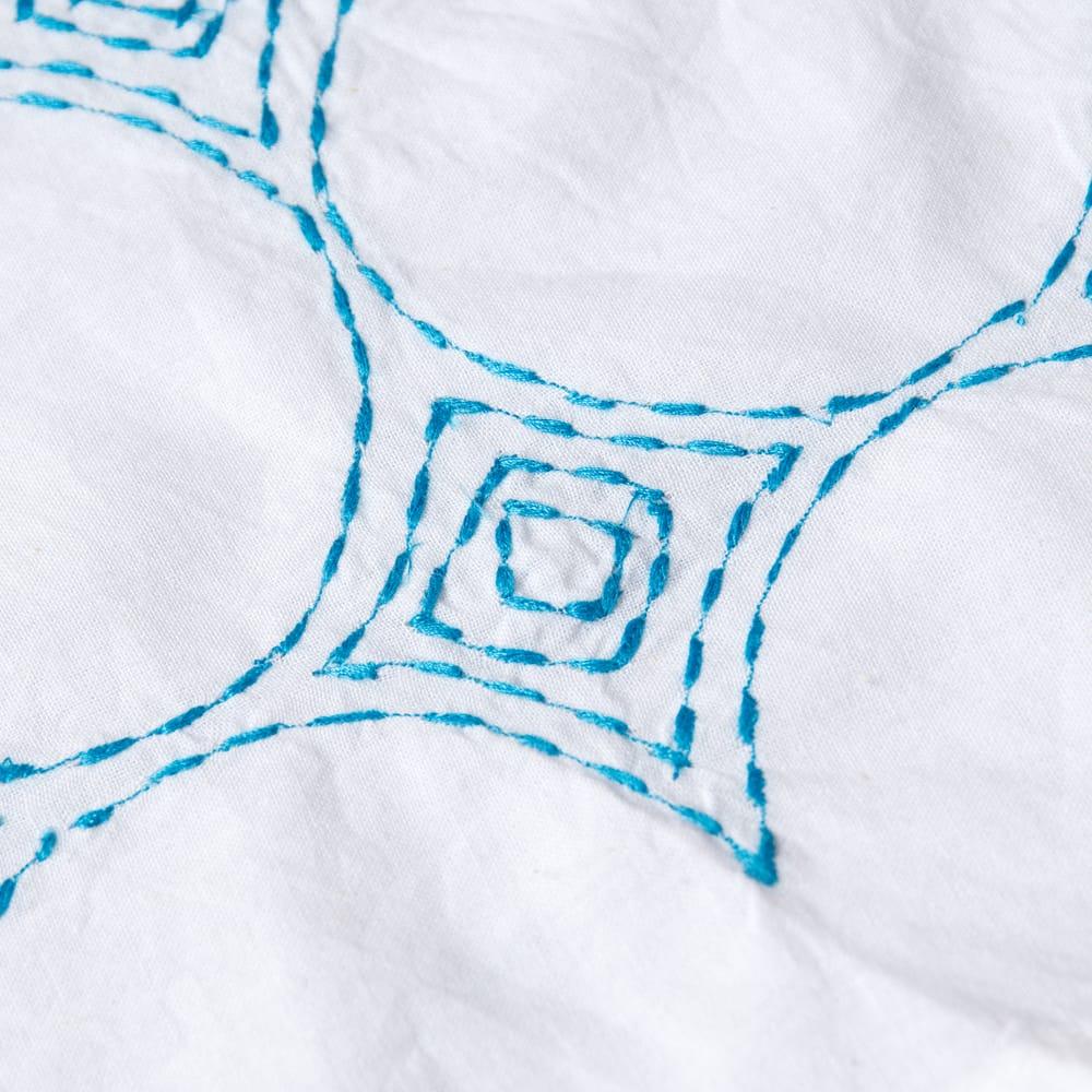 シンプルホワイトクルティ 白い生地に映える色付き刺繍 13 - 拡大写真です