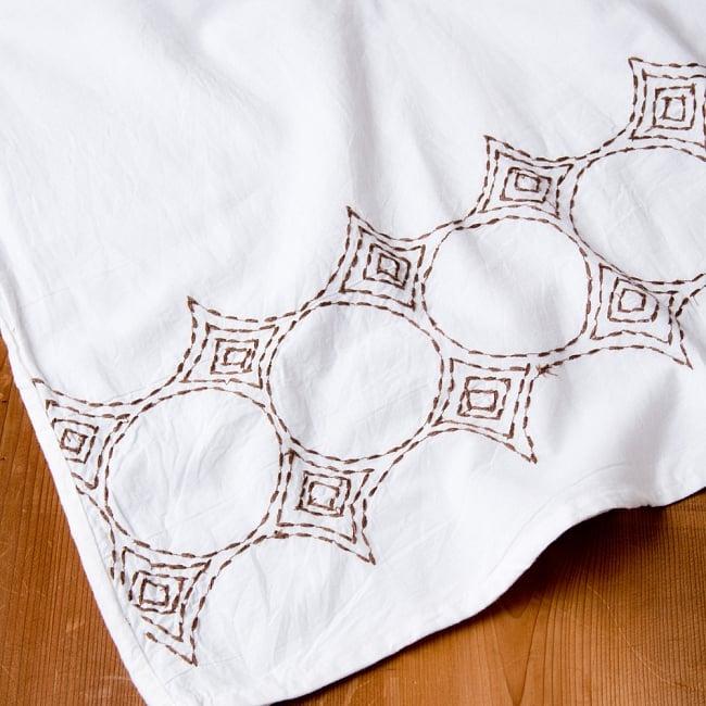 シンプルホワイトクルティ 白い生地に映える色付き刺繍 15 - A:刺繍の色 ブラウン拡大写真です