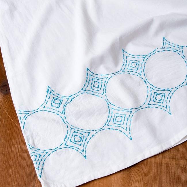 シンプルホワイトクルティ 白い生地に映える色付き刺繍 17 - B:刺繍の色 ブルー拡大写真です
