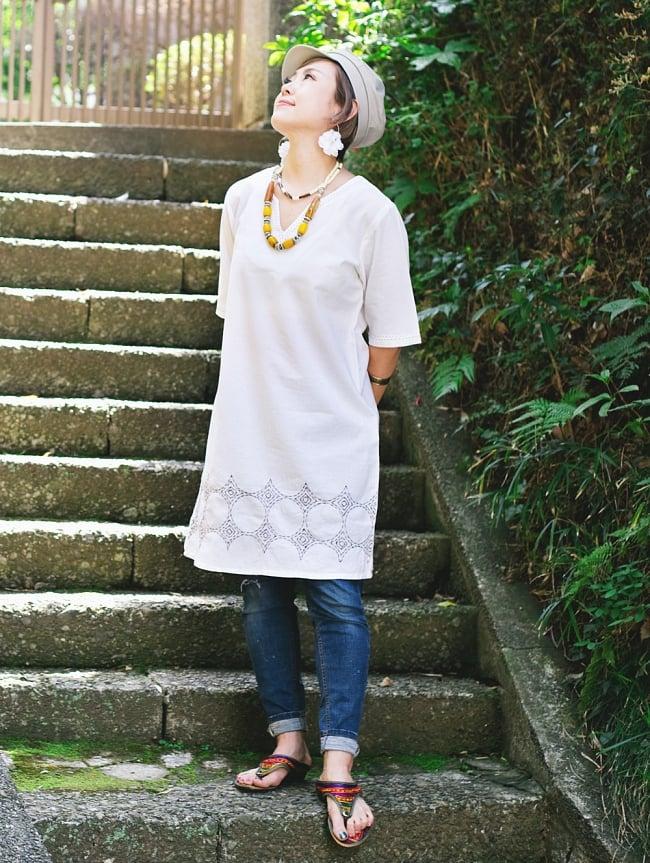 シンプルホワイトクルティ 白い生地に映える色付き刺繍の写真2 - 全体写真です