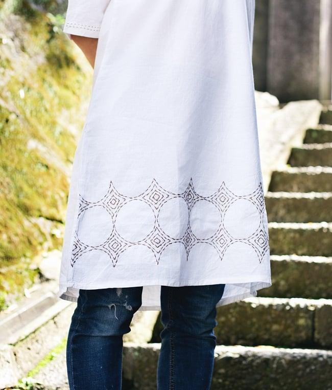 シンプルホワイトクルティ 白い生地に映える色付き刺繍の写真3 - 色付きの刺繍がかわいいです
