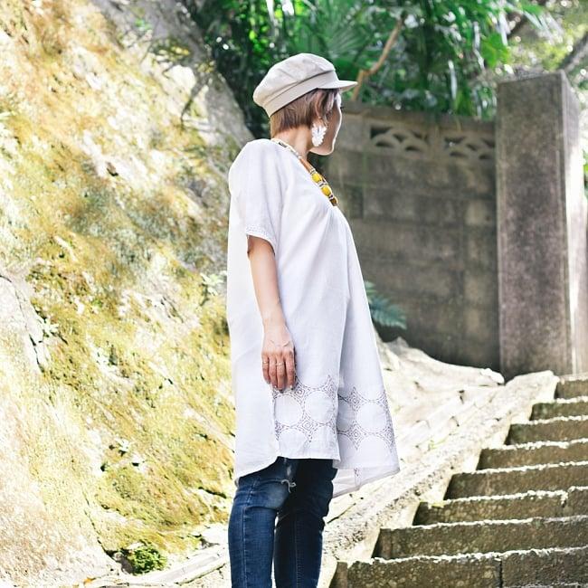 シンプルホワイトクルティ 白い生地に映える色付き刺繍の写真4 - サイドからのシルエットもキレイです