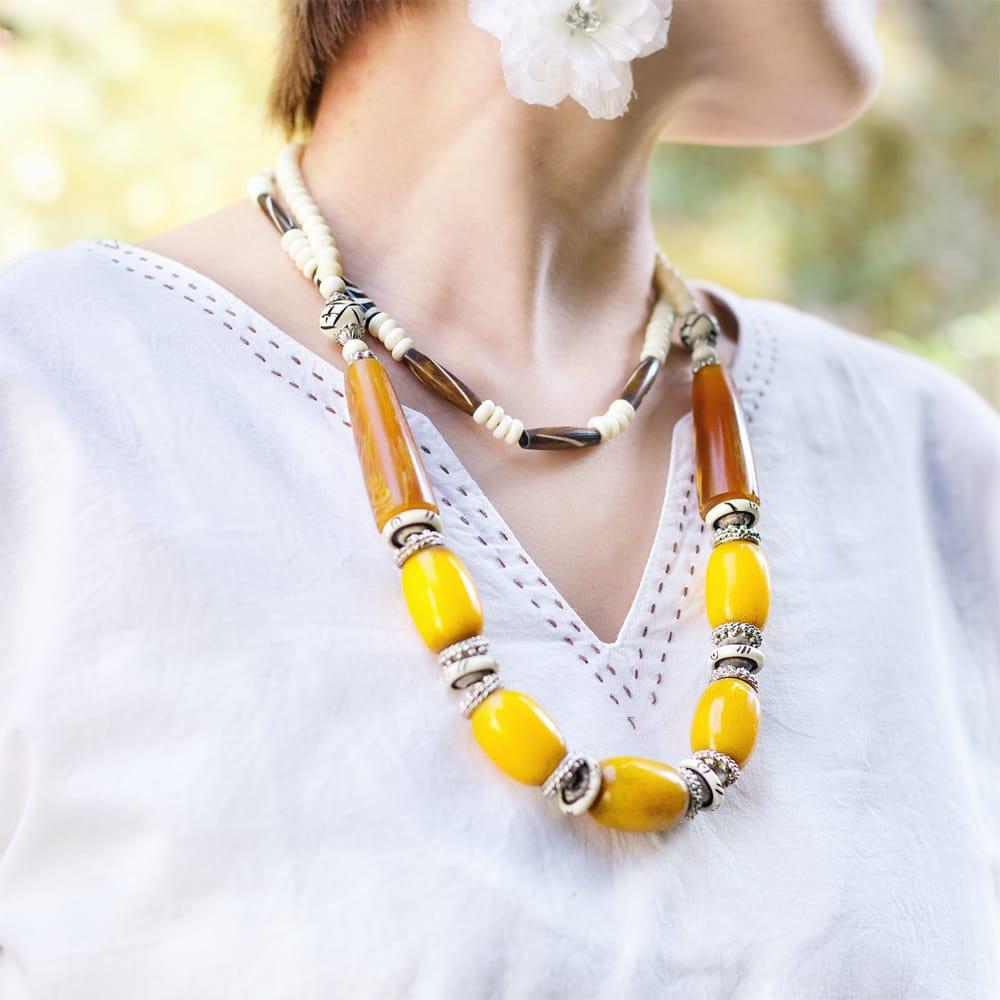 シンプルホワイトクルティ 白い生地に映える色付き刺繍 5 - 胸元にもステッチがあります