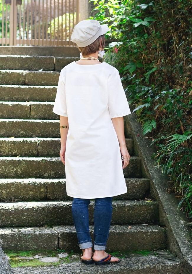 シンプルホワイトクルティ 白い生地に映える色付き刺繍 6 - 後ろからの写真です
