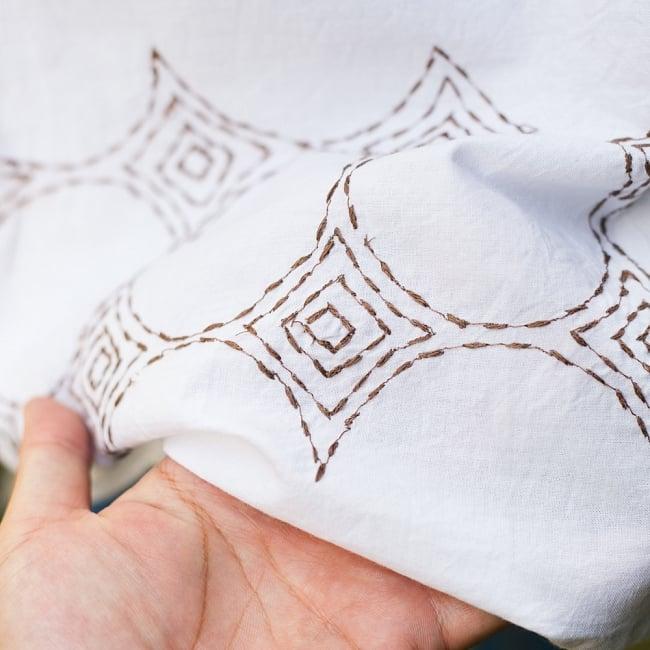 シンプルホワイトクルティ 白い生地に映える色付き刺繍 7 - 刺繍の拡大写真です