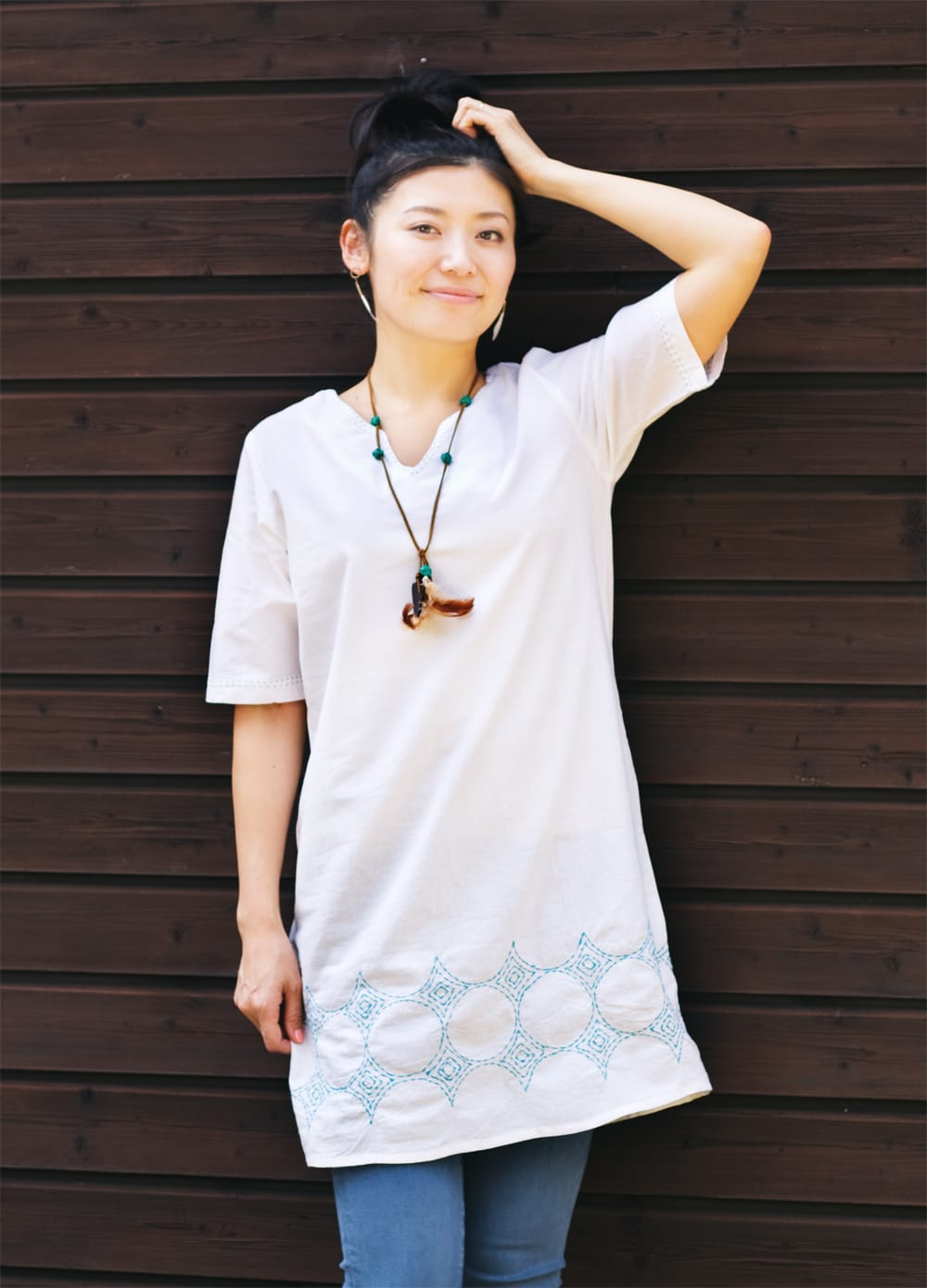 シンプルホワイトクルティ 白い生地に映える色付き刺繍 8 - どちらの色も素敵です。写真は、モデルさん身長:165cmです。