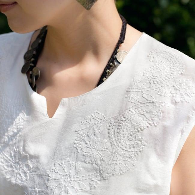 サフェード刺繍シンプルホワイト ノースリーブチュニック 2 - 胸元から首周りにとても綺麗な刺繍があります
