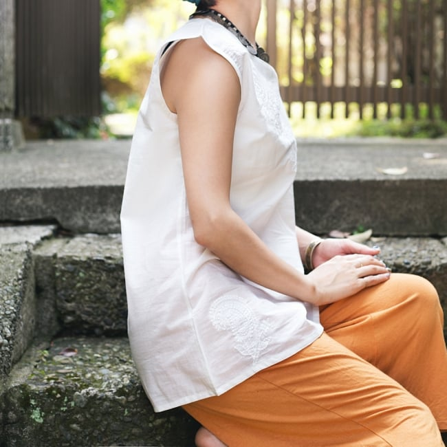 サフェード刺繍シンプルホワイト ノースリーブチュニック 3 - サイドからのシルエットもキレイです