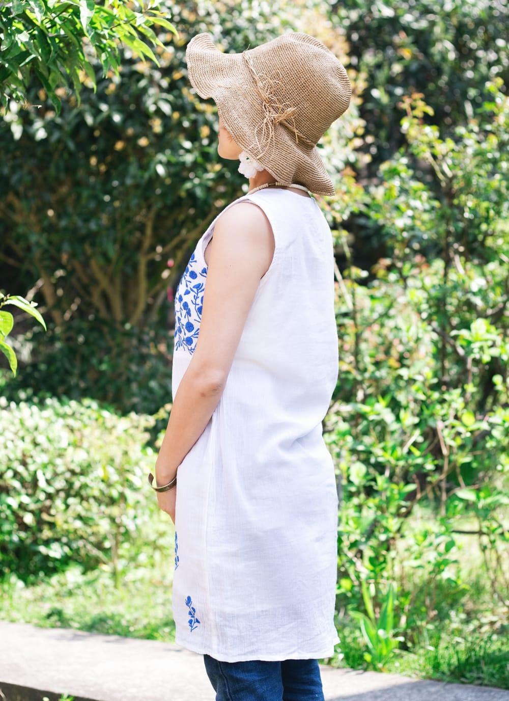 ガーゼ生地の更紗刺繍ノースリーブクルティ タッセル付き 3 - サイドからのシルエットもキレイです