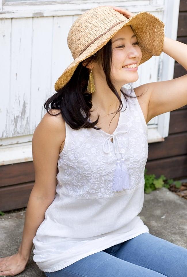 ガーゼ生地の更紗刺繍ノースリーブクルティ タッセル付き 7 - 【刺繍の色 ホワイト】はこちら。モデルさんの身長165cmです。