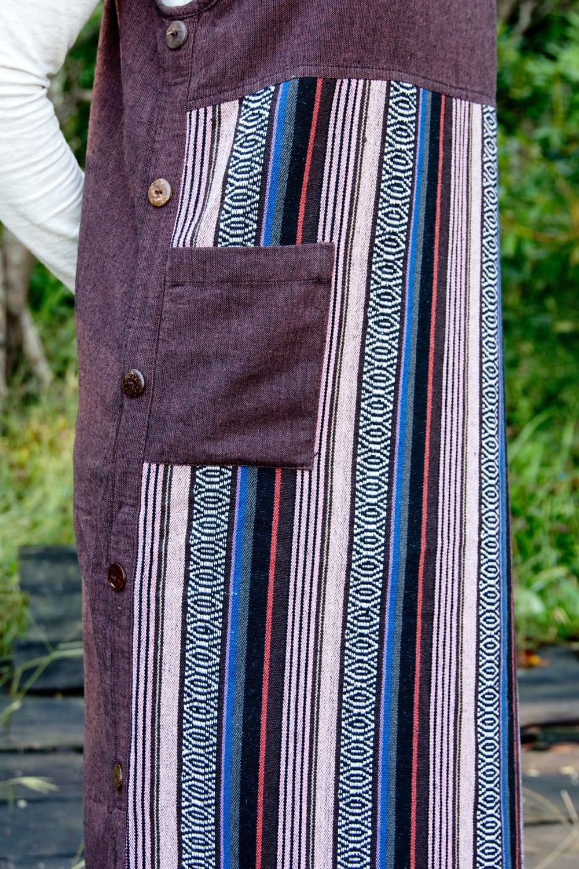 ネパールゲリ刺繍のロングワンピース 4 - サイドには飾りボタンがついています。