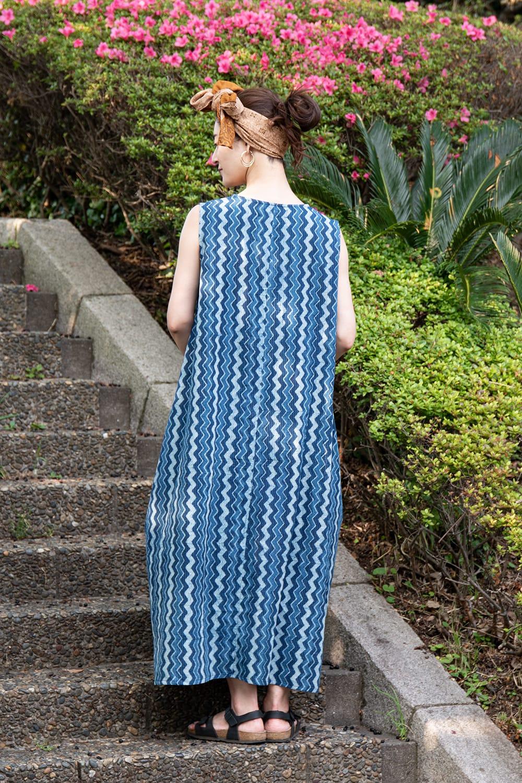 カンタ刺繍 藍染マキシワンピース 3 - 後ろ姿です。