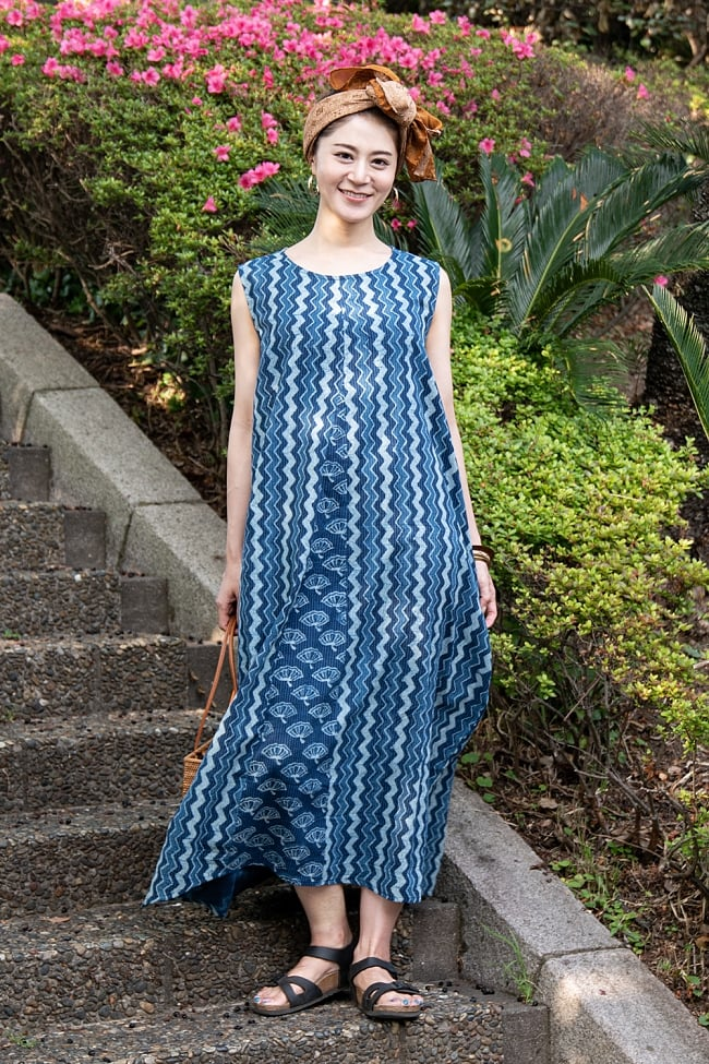 カンタ刺繍 藍染マキシワンピースの写真