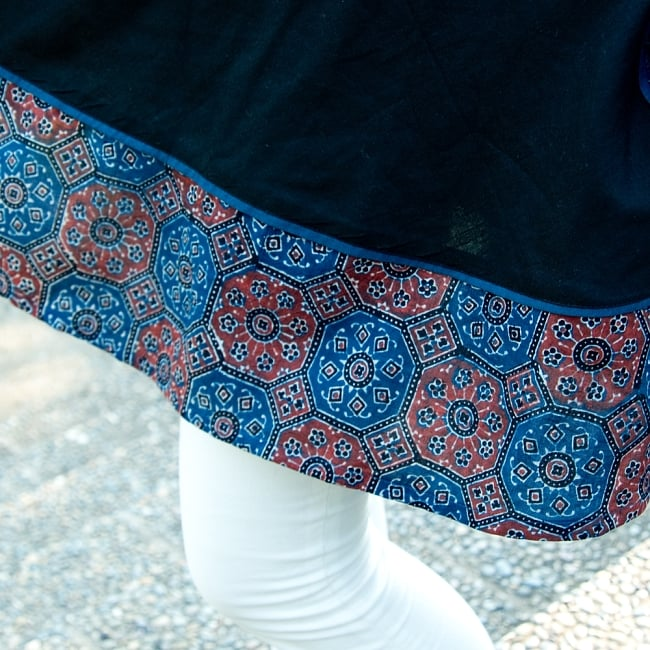 アジュラック染のコットンチュニック 4 - 裾には美しいアジュラックの布でエスニックな気分に。