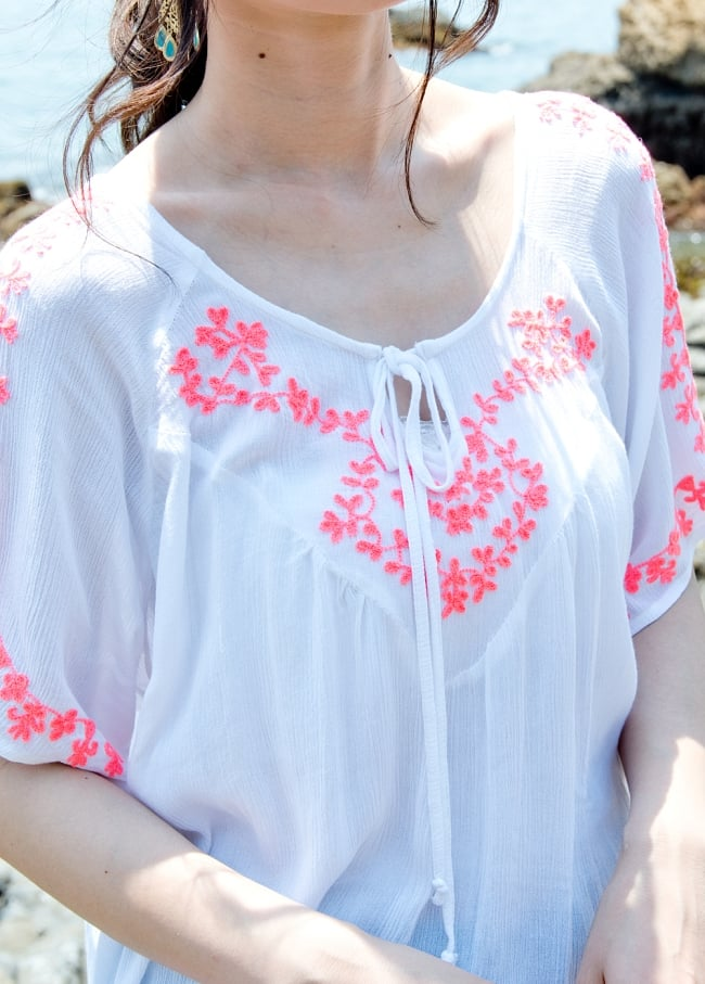 インド綿のネオンカラーサラサラチュニック 4 - 白い生地に刺繍が映えます。