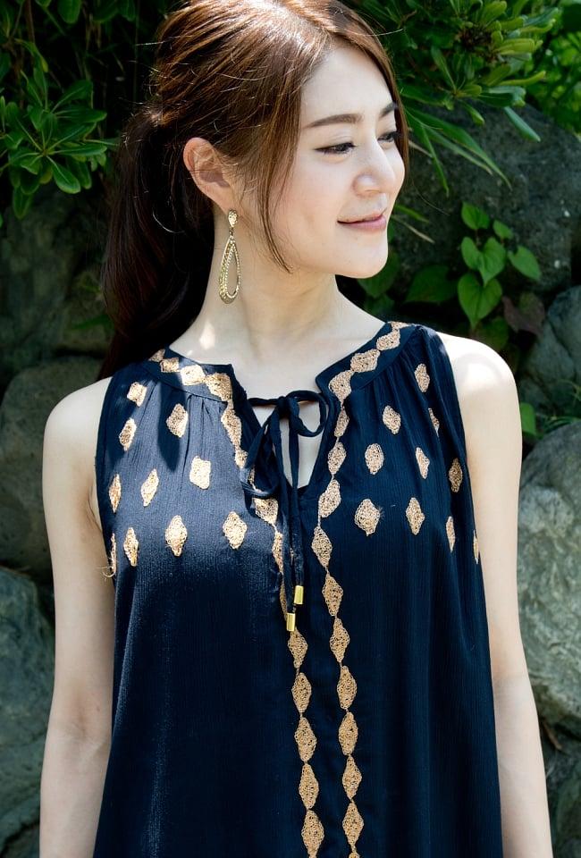 ゴールド刺繍のチュニックワンピース 5 - 胸元にはたくさんの刺繍が施されています。