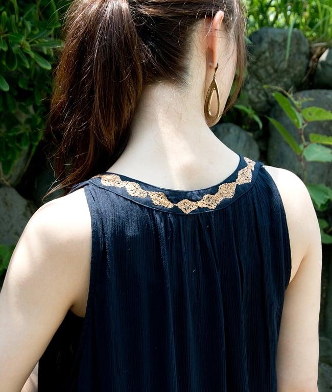 ゴールド刺繍のチュニックワンピース 6 - 後ろ姿も襟周りに刺繍。さりげなくかわいい演出です。