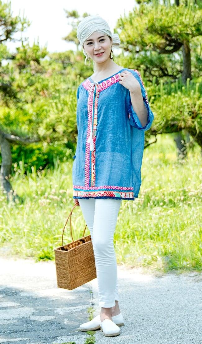 チロリアンテープのインド綿チュニック 2 - 選択1:デニムブルー 身長165cmのモデルさんの着用例になります。