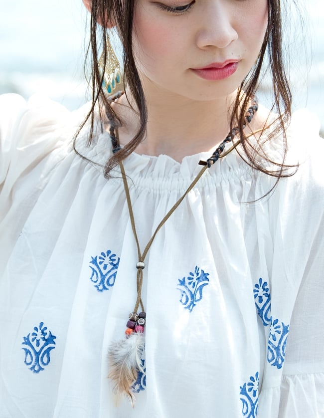 ウッドブロックプリントのシャツ&パンツ セットアップ 6 - 首周りはシャーリングで女性らしいデザインに。